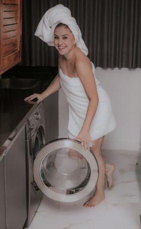 femme mettant sa culotte de règles dans la machine à laver